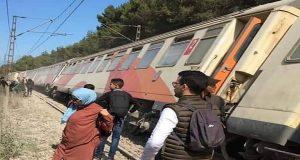 بالفيديو..قطار ينحرف عن سكته بالقرب من محطة بوسكورة