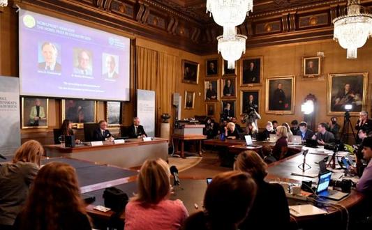 تتويج أمريكي وبريطاني وياباني بجائزة نوبل للكيمياء