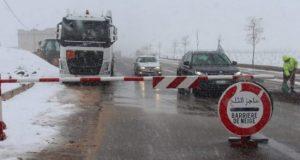سلطات خنيفرة تزيح الثلوج بعد انقطاع الطريق