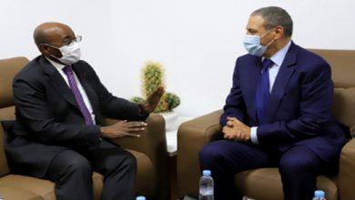 صورة وزير الشؤون الخارجية الغابوني يجدد من العيون دعم بلاده الثابت لمغربية الصحراء