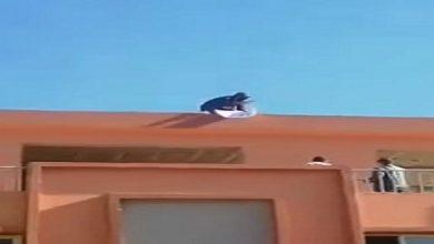 صورة بائع يهدد بالانتحار من بناية في بني ملال