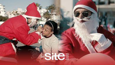 """صورة فتاة بلباس """"بابا نويل"""" ترسم البسمة على وجوه الأطفال بالدار البيضاء-فيديو"""