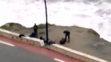"""صورة تطورات جديدة في قضية """"فيديو"""" يُظهر شخصا بزي وظيفي يُعنّف شابا في شاطئ"""