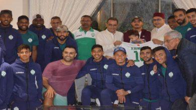 صورة سفير المغرب بتنزانيا يُقْدِمُ على مبادرة خاصة تجاه بعثة الرجاء الرياضي