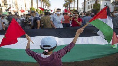 صورة احتجاج مغربي أمام البرلمان تضامنا مع الشعب الفلسطيني