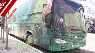 صورة كُسور وطلاء يشوهها.. حافلة الرجاء بعد تعرضها لهجوم من محسوبين على أنصاء الجيش الملكي
