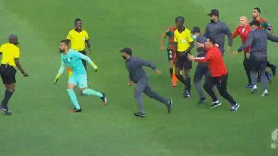 صورة لاعبو مولودية الجزائر يهاجمون الحكم جوشوا بعد نهاية مباراة الوداد