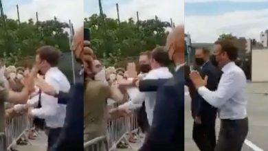 صورة صادم.. شاب يوجه صفعة للرئيس الفرنسي إيمانويل ماكرون -فيديو