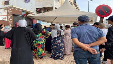 صورة بالصور.. مواطنون يحتجون أمام مركز للتلقيح في البيضاء بعد إغلاقه