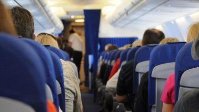 صورة ركب الطائرة متنكرا في صورة زوجته.. والسبب: كورونا