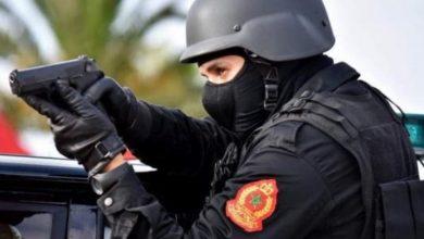 صورة هددوا المواطنين وعناصر الشرطة.. 4 أشخاص أحدثوا فوضى وتبادلوا العنف يستنفرون أمن فاس