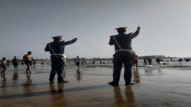 صورة أمواج البحر تقذف بهيكل بشري نحو الشاطئ ضواحي أكادير