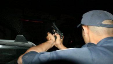 صورة البيضاء.. شرطي يطلق الرصاص لإيقاف شخص واجه عناصر الأمن بسلاح أبيض